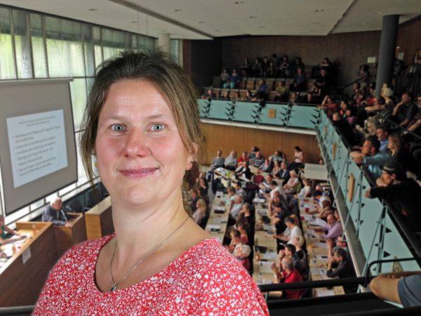 Tessa Mollenhauer-Koch (SPD) und der BVV-Saal im Kreuzberger Rathaus (vor der Corona-Pandemie)